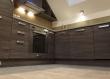 Ovaj studio apartman u Varaždinu prožet je sivo zelenim tonovima. Tako je i kuhinjska radna ploča izrađena od granita River White, a isti kamen ugrađen je i u grijani pod u kuhinji.