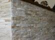 Prirodnom kamenom zidnom oblogom u ovoj sjenici - pečenjari u Međimurju naglašena je rustikalnost prostora unutar suvremenog stambeog kompleksa.