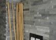 Ova pastelno zelena dekorativna zidna obloga - bunjica uz priložene štapove babusa svojim stanarima već na ulazu u kuću daje naznaku da nakon napornog radnog dana ulaze u zonu mira i  opuštanja.