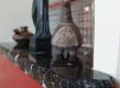 Unutarnja klupčica od granita Nero Lactea. Ovaj crni granit prošaran je bijelim žilama, kao i manje uočljivim žilama zlatnog praha.