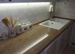 Vremešna rustikalna kuhinja u Varaždinu dobila je novi život ugradnjom nove granitne radne ploče. Stara ploča bila je načeta vlagom, noževima i habanjem, a ova nova ploča sigurno će nadživjeti drveni dio kuhinje, ali mu i značajno produžiti vijek trajanja.