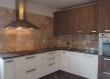 Jednostavna siva boja granita savršeno se uklapa u suvremeno uređen stan i suvremno dizajniranu kuhinju u Varaždin. Prošaran je rijetkim bijelim venama, što je poveznica sa razigranijim mramorom postavljenim na zid iznad radne plohe.
