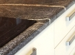 Polukružno obrađen rub kuhinjske radne ploče ergonomski je poželjan detalj.