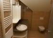 Travetin je jedan od najpoželjnjiih materijala za uređenje kupaonica. Prirodni tonovi i lakoća održavanja njegovi su aduti. Dodani su detalji prirodno lomljenog travertina da se još više naglasi prirodnost odabranog materijala.