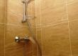 Tuš kabina obučena u travetin. Travetin ili sedra prirodno se formira tijekom tisuća godina izlučivanjem kalcijevog karbonata iz vode te su travertin i voda kompatibilni suparnici. Da bi se olakšalo održavanje, travertin je u ovom primjeru impregniran.