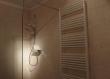 Zidovi ove moderne kupaonice obučene su u antikirani jadranski vapnenac Plano. Tekstura slična naranđinoj kori daje odličan omjer uporabljivosti, lakoće odražavanja i prirodnog izgleda.