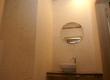Zidovi i pod ovog toaleta u poslovnom prostoru obućeni su u četkani vapnenac Plano. Za ploču na kojoj leži umivaonik upotrebljen je tamno smeđi jadranski vapnenac Rasotica.