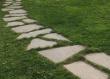 Poligonalne ploče porfida velikog formata položene su u travu. Puteljak se odlično uklopio u prirodno uređenje okućnice.