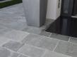 Prilikom moderne obnove obiteljske kuće u Varaždinu, stranka se odlučila za oblaganje pločnika sivim kvarcitom. Polar Gray, kvarcit iz Grčke, otporan je na atmosferske uvjete našeg podneblja, a bojom se odlično uklapa u moderne projekte.