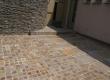 Kombinacija kocki i pravilno formatiranih podnih ploča u prirodnom kamenu porfidu.