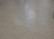 Četkani vapnenac Plano na podu u prodajnom-poslovnom prostoru. Kako vrijeme prolazi, u šupljinama kamena na podu pojavljuje se patina koja daje dodatni karakter ovom podu.