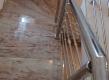 Ovo stepenište bez podkonstrukcije izveli smo u suradnji sa njemačkim stručnjacima koji su osmislilli i patentirali ovaj način izvođenja stepeništa. Svako gazište izrađeno je od dvije ploče koje su armirane i spojene ljepljenjem. Gazišta su spojena metalnim stupićima-vijcima koji zajedno sa samim kamenom nose cjelokupnu težinu stepeništa.