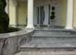 Ulazno stepenište ove moderne vile u Međimurju izvedeno je od granita Viscont White. Svi su elementi ručno izrađeni i prilagođeni dotičnoj betonskoj podkonstrukciji.
