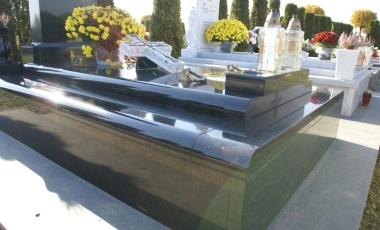 Ova grobnica izvedena je tako da je grobna komora veća od standardne, a nadzeni dio manji od standardnog. Majstorski izvedeni i montirani elementi grobnice izrađeni su od granita Bengal Black.