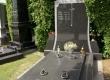 """Masivnu grobnicu na centralnom Varaždinskom groblju karakterizira velika i posebno debela natpisna ploča te debela pokrovna ploča izvedena na """"četiri vode""""."""