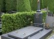 Masivnu grobnicu na Varaždinskom groblju izveli smo ispunivši zahtjeve konzervatora te zahtjeve krajnje stranke. Natpisni križ izveden je djelomičnim recikliranjem starog grobnog križa sa istog groblja.